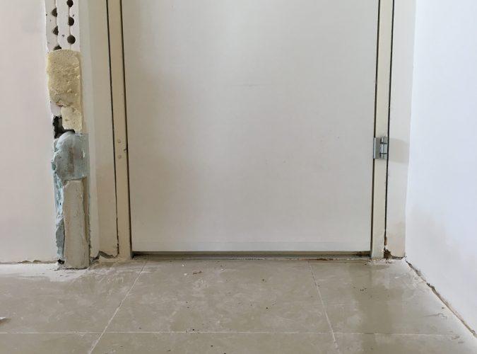 שלב 4: הדלת מותקנת ננעלת ואוטמת והבית מוכן לריצוף/פרקט החדש